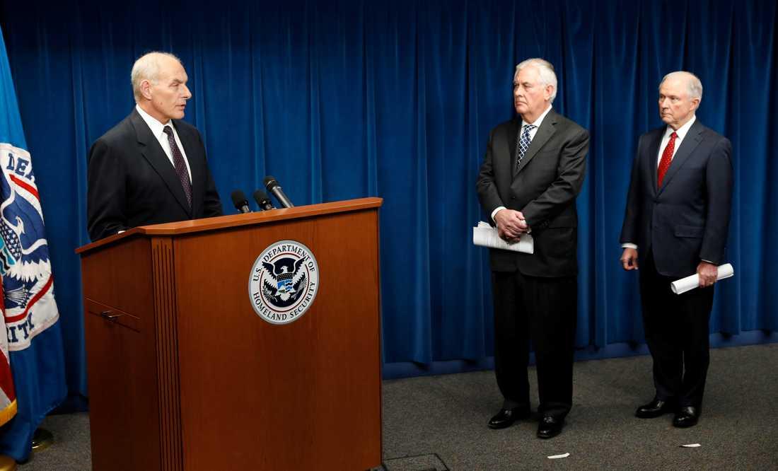 John Kelly, Rex Tillerson och Jeff Sessions under tillkännagörandet av det nya inreseförbudet.