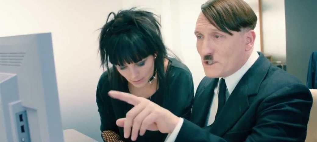 """Adolf Hitler lär sig mejla i den satiriska filmen """"Han är tillbaka""""."""