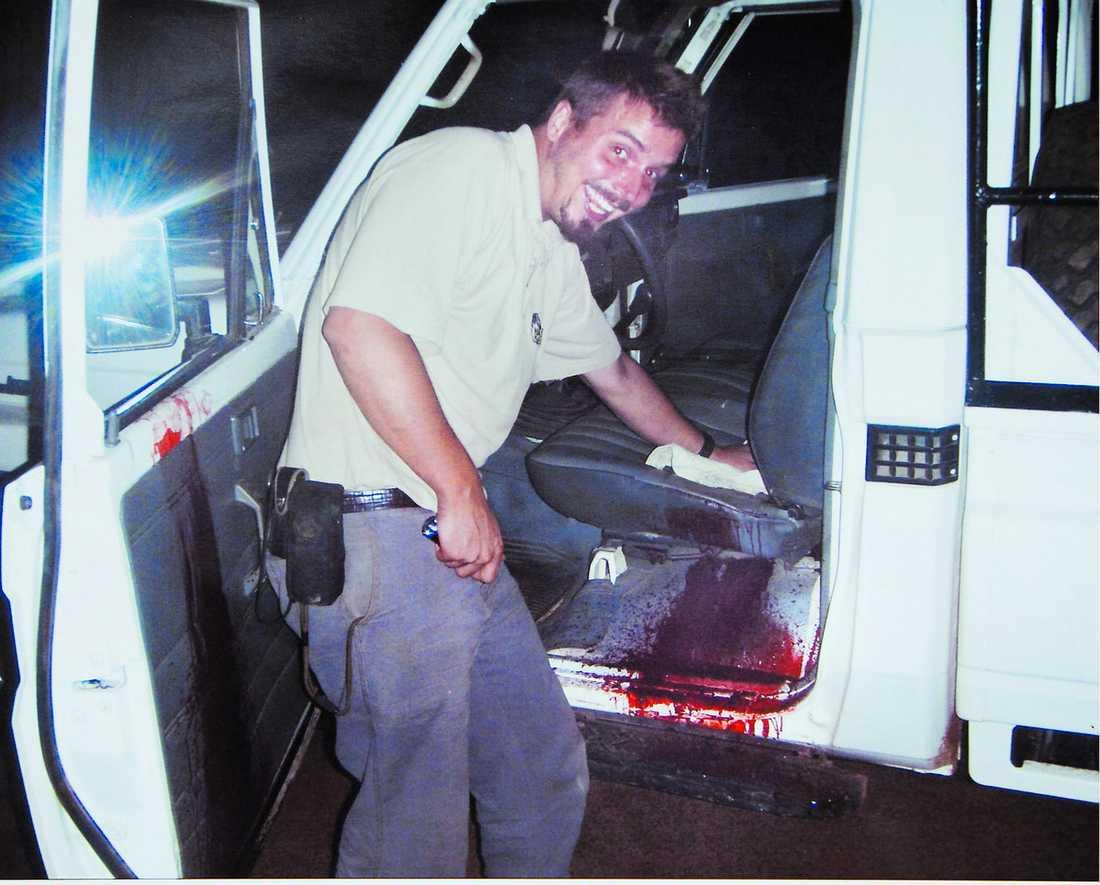 BILDEN – TYNGSTA BEVISET Norrmannen Tjostolv Moland skrattar när han tvättar bort blodet från bilen. Bilden är åklagarens viktigaste bevisning i den uppmärksammade mordrättegången i Kisangani i Kongo-Kinshasa. Tillsammans med landsmannen Joshua French riskerade Moland dödsstraff.