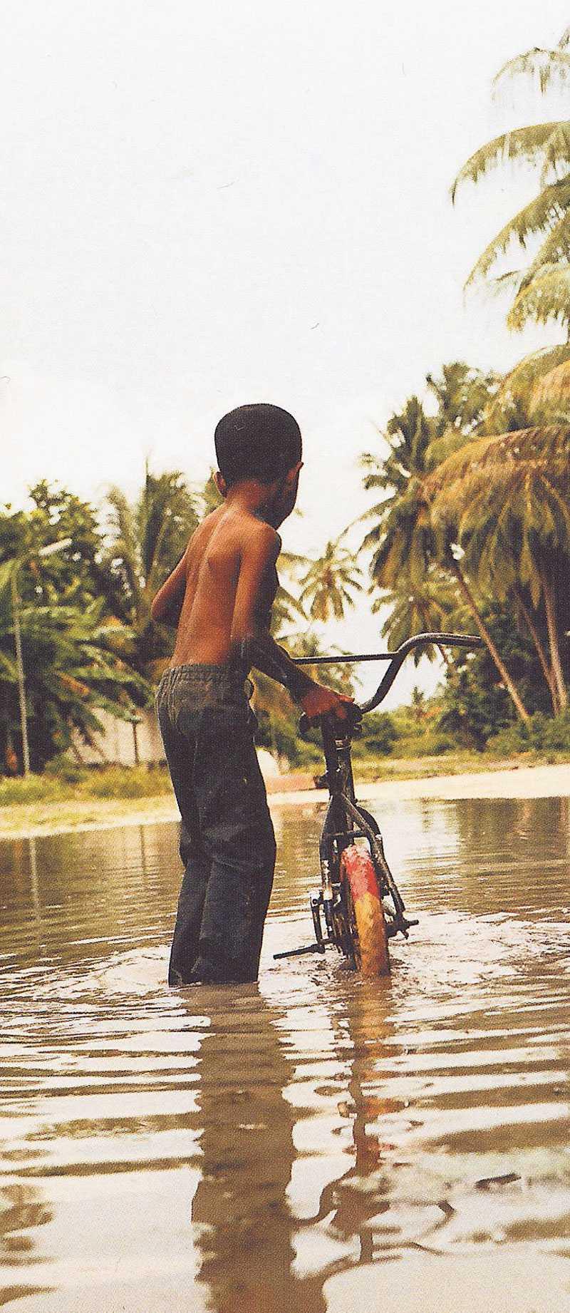Året är 2007 – aldrig, i maldivisk historia, har det fallit så mycket regn i mitten av en torrperiod.