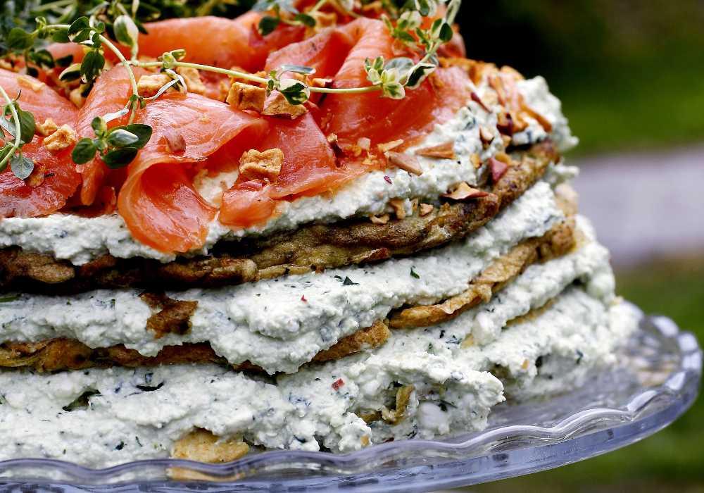 Omelettårta med lax och örtfärskost