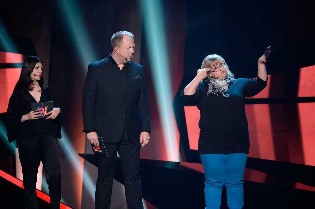 Nour El Refai och Anders Jansson tillsammans med teckenspråkstolkaren.