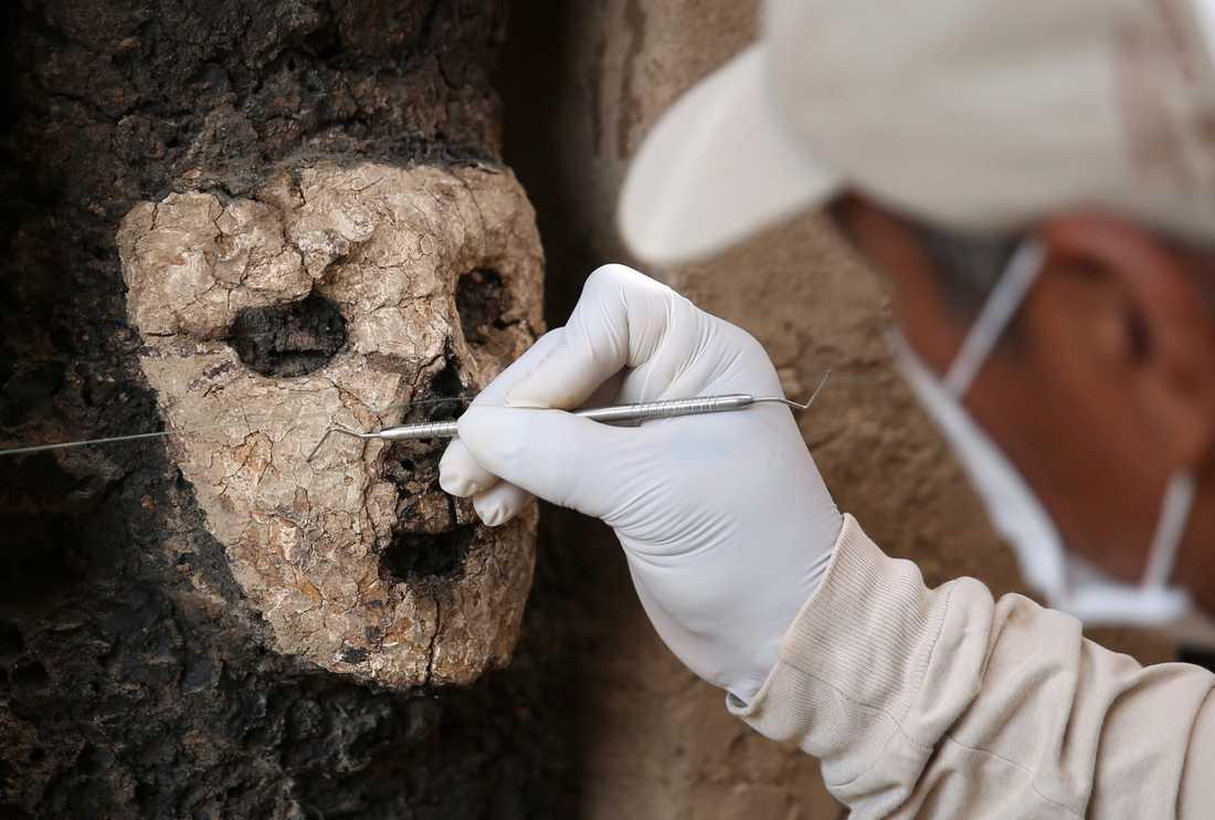 20 figurer har hittats vid utgrävningsplatsen Chan Chan i nordvästa Peru. De uppskattas vara cirka 800 år gamla.