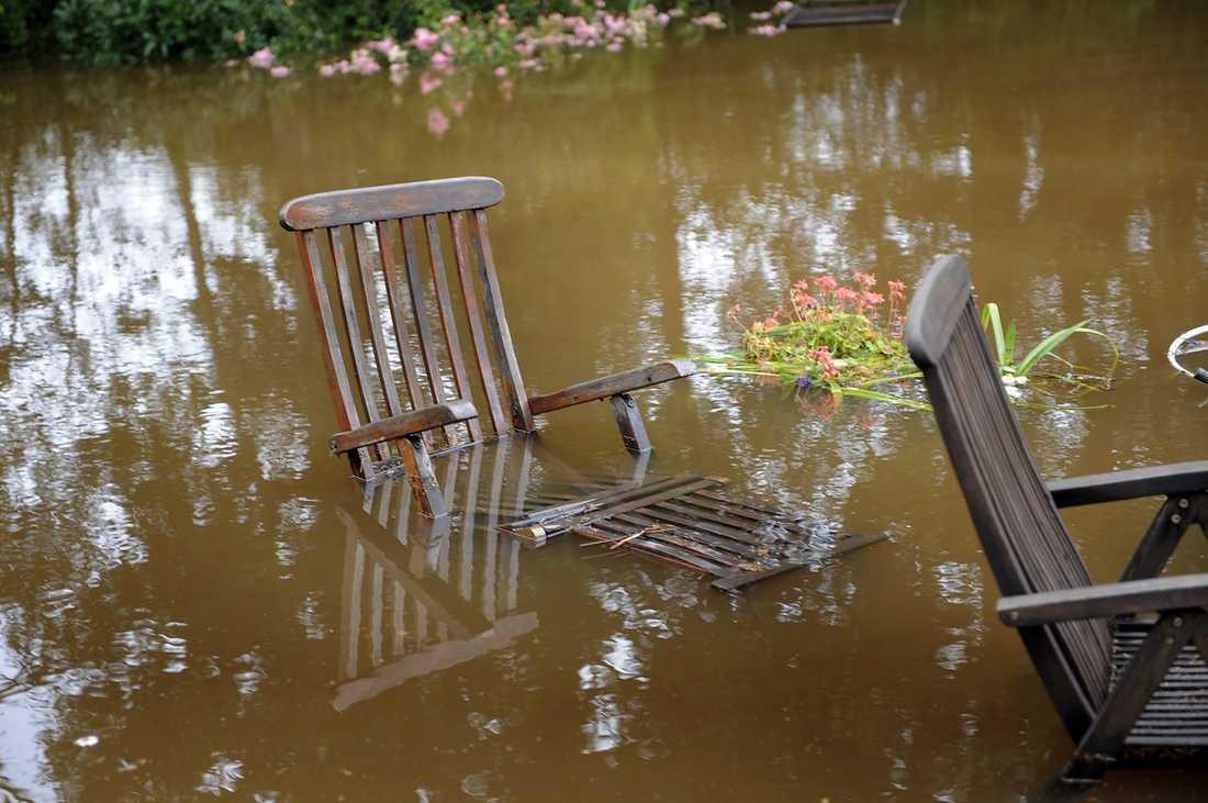 SLUT PÅ SOMMAREN? Gunnar Frånbergs trädgård översvämmades helt i kaosvädret. Foto: ROGER LUNDSTEN