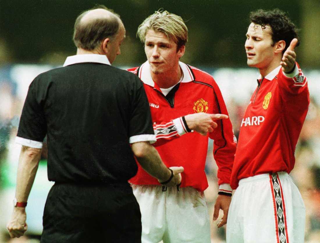 David Beckham och Ryan Giggs skäller på domaren efter att han underkänt ett mål i Manchester Uniteds match mot Arsenal i FA-cupen i april 1999. Matchen slutade 0-0.