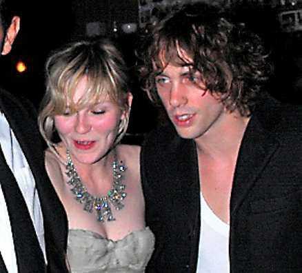Kirstens käreste Pojkvännen Johnny Borrell från bandet Razorlight hängde med på både premiär och fest.