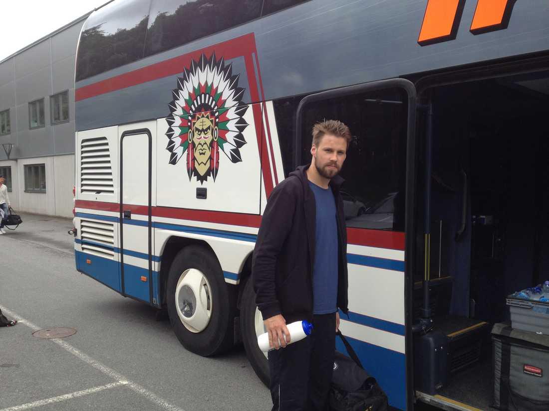 21 timmar på buss framför sig Axelsson ser inte fram emot bussresan.