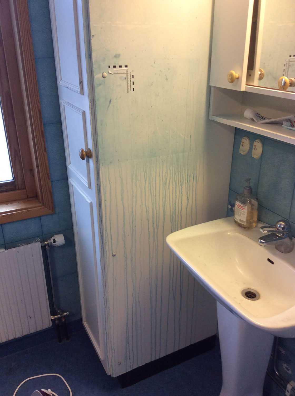 På toaletten finns spår efter polisens arbete.