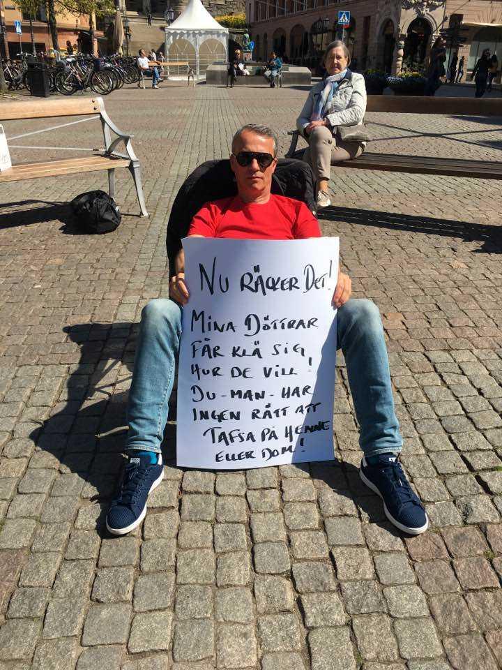 Han har olika budskap på skyltarna.