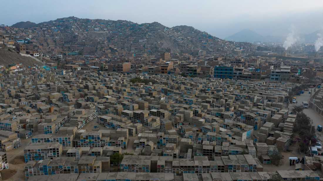 Ett begravningståg (nere till höger i bild) i Limas utkanter, i en bild tagen i början av augusti.