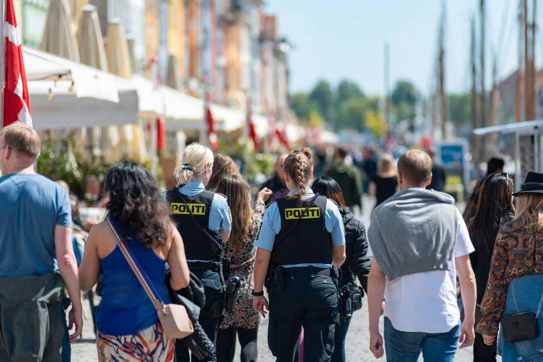 Polis på plats i Nyhavn i Köpenhamn för att se till att allmänheten håller avstånd. Arkivbild.