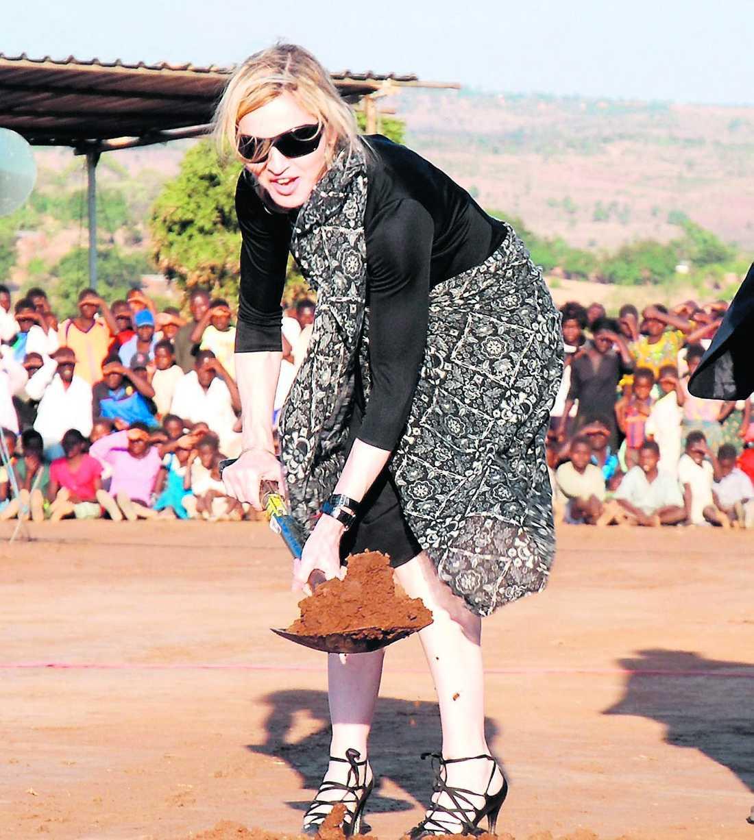 ska bygga skola Madonna i Malawi där skolan ska byggas, på mark som fram till nu har ägts av 200 bönder.