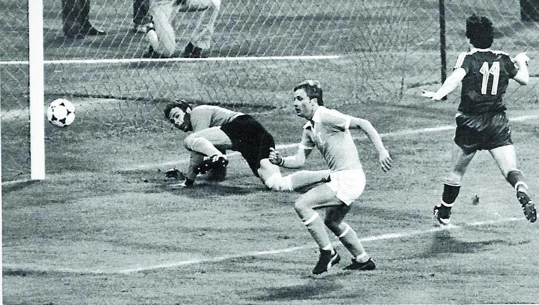 Andra halvlek: John Robertson skjuter i stolpen. Roland Andersson jagar boll.