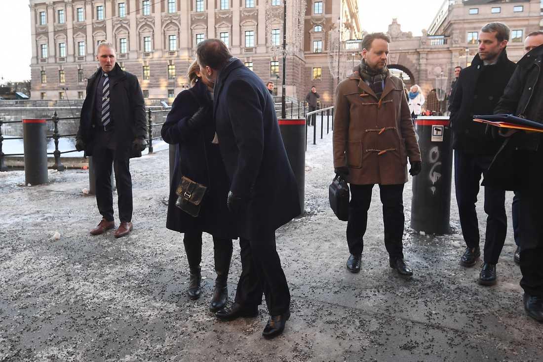 """Statsminister Stefan Löfven (s) får en """"segerkyss"""" av sin fru Ulla."""