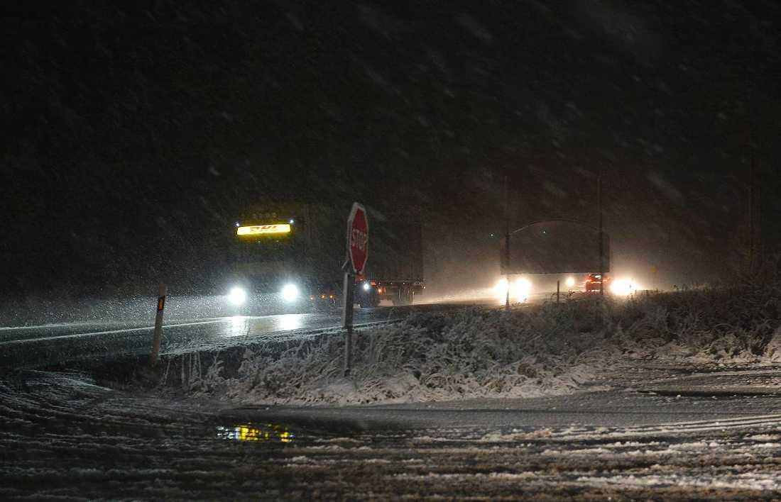 Snöröjarna hade fullt upp med att hålla vägarna körbara i natt.