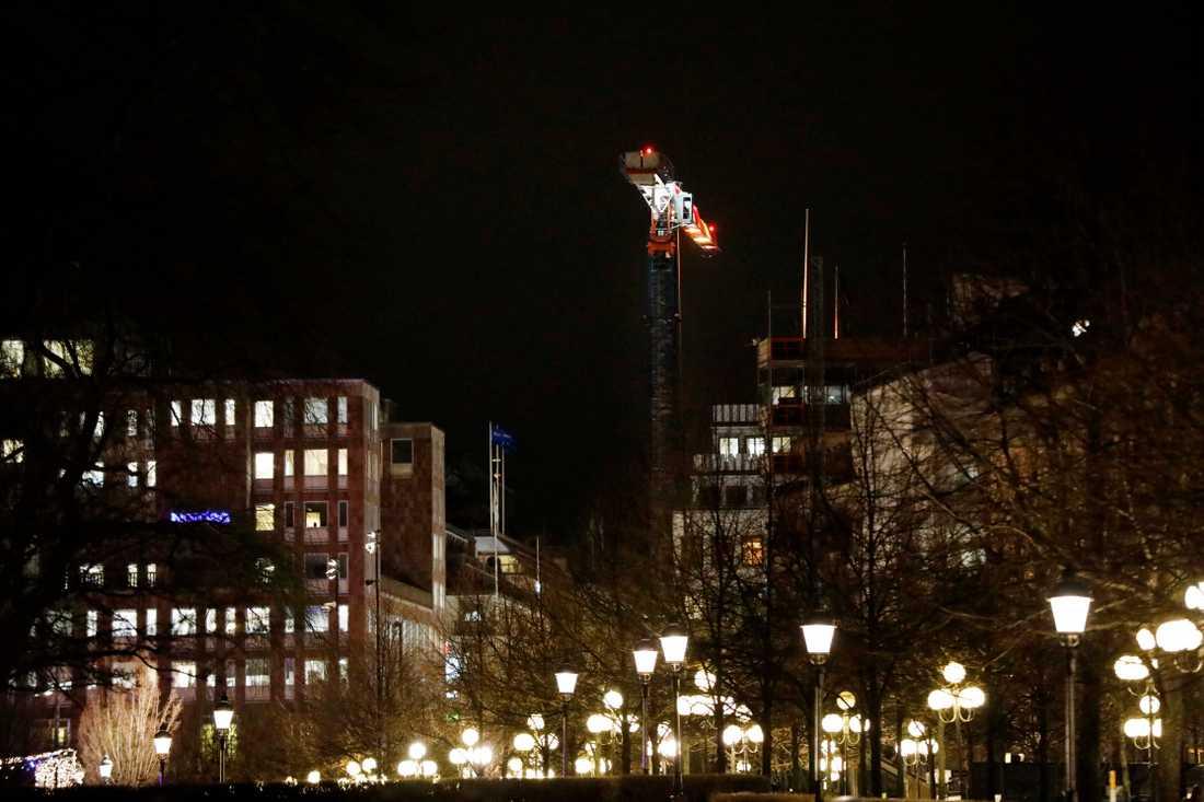 Lyftkran riskerar att välta i centrala Stockholm. Stora avspärrningar.