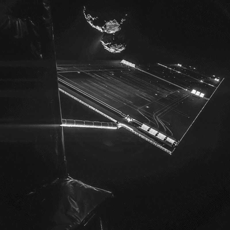 Kometen 67P (högst upp i bild) fångad på bild av landaren Philae.