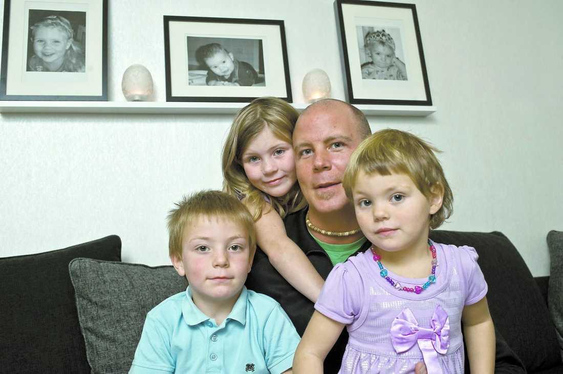 Vill ha ursäkt Niclas Nilsson, 30, tycker att han blev utmålad som rena sexmissbrukaren av sin chef på halvtidsjobbet. Niclas med barnen Tilde, 7, Theo, 6, och Tyra, 4.