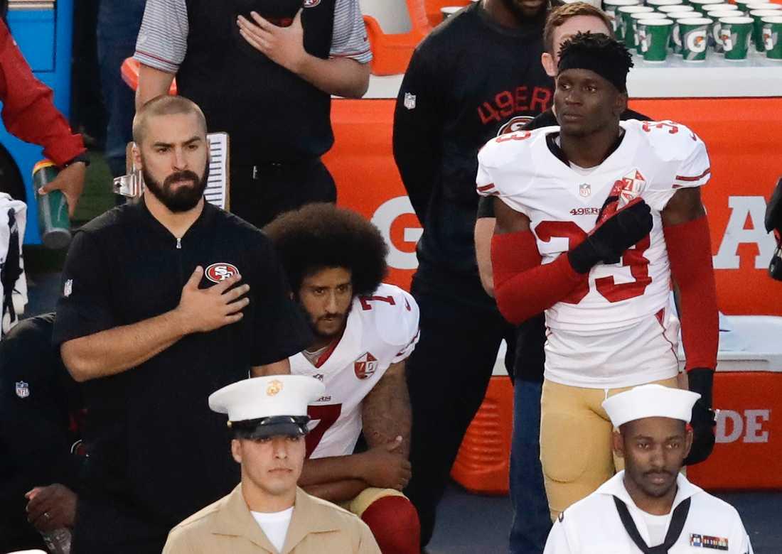 Colin Kaepernick har valt att stå på knä under nationalsången som en protest.