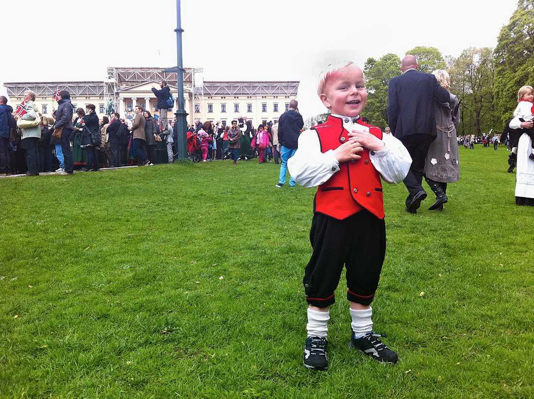 """""""Lek och glass"""" För Ludvig Guddal, 4, innebär 17 maj inget annorlunda i år jämfört med tidigare firande. """"För honom är den här dagen mycket flaggor, lek och glass, och det är så det ska vara"""", säger mamma Jorun."""