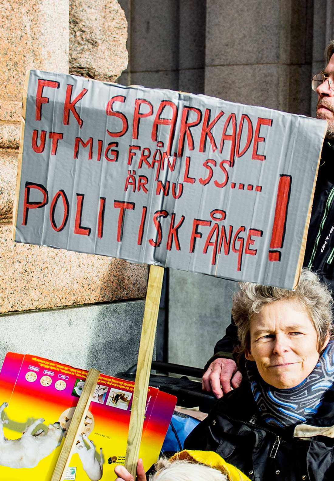 """""""Jag är en politisk fånge"""", säger Beate Blümel, 52. Hon demonstrerade utanför Riksdagen medan debatten om personlig assistans pågick."""