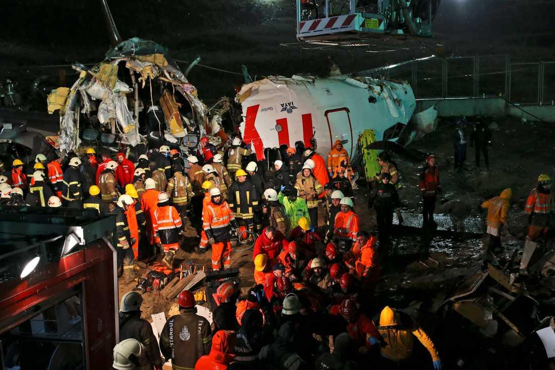 Räddningsarbetare vid flygplansvraket på Istanbulflygplatsen Sabiha Gökçen.