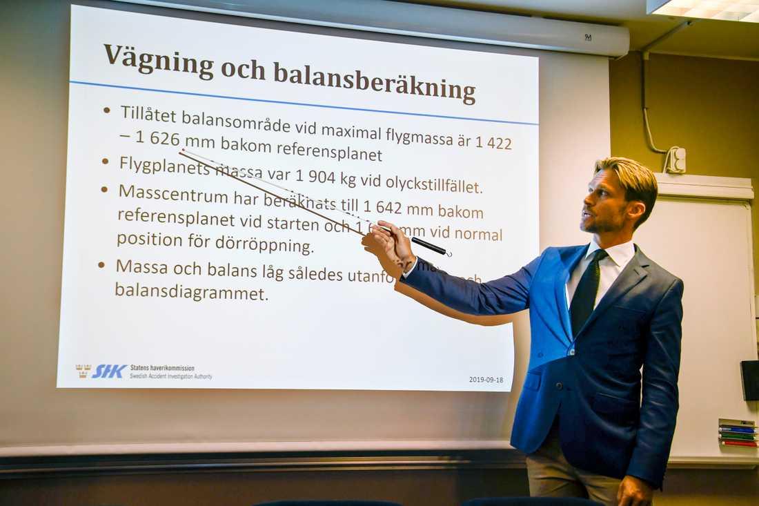 I dag presenterade Statens haverikommission och avdelningschef Peter Swaffer en första rapport om flyggolyckan på ön Storsandskär den 14 juli, där nio personer miste livet.