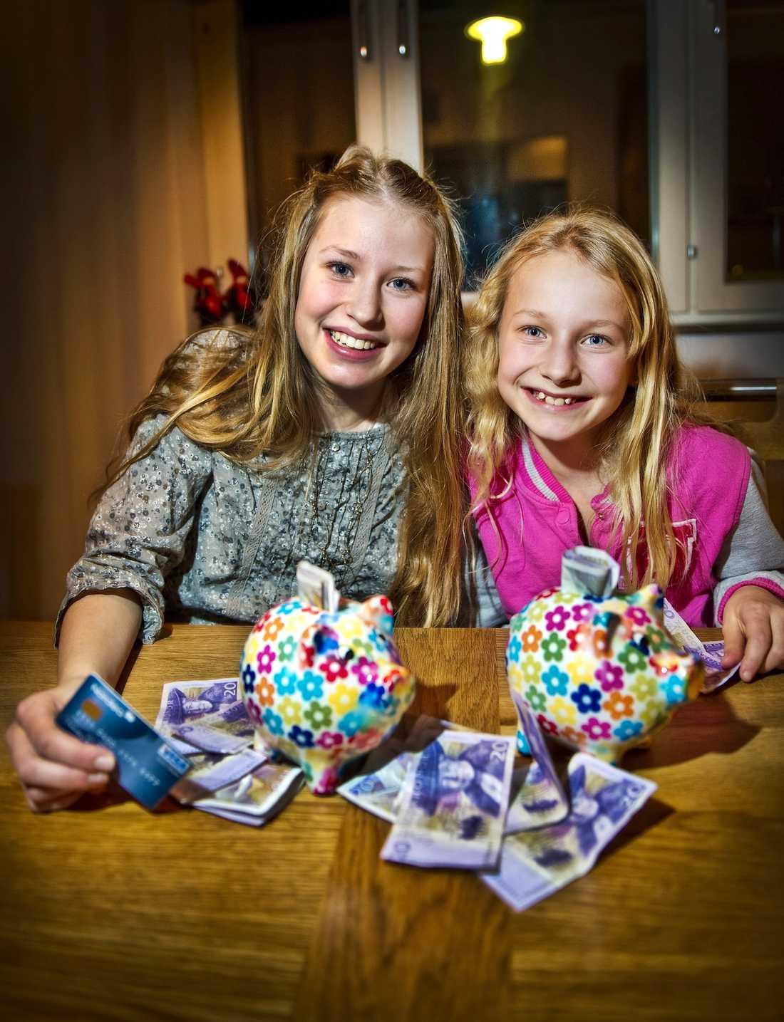 """Nöjda 12-åriga Isabella Brisfors får månadspeng och lillasyster Vendela, 9, får veckopeng. """"Det brukar räcka"""", säger Isabella."""