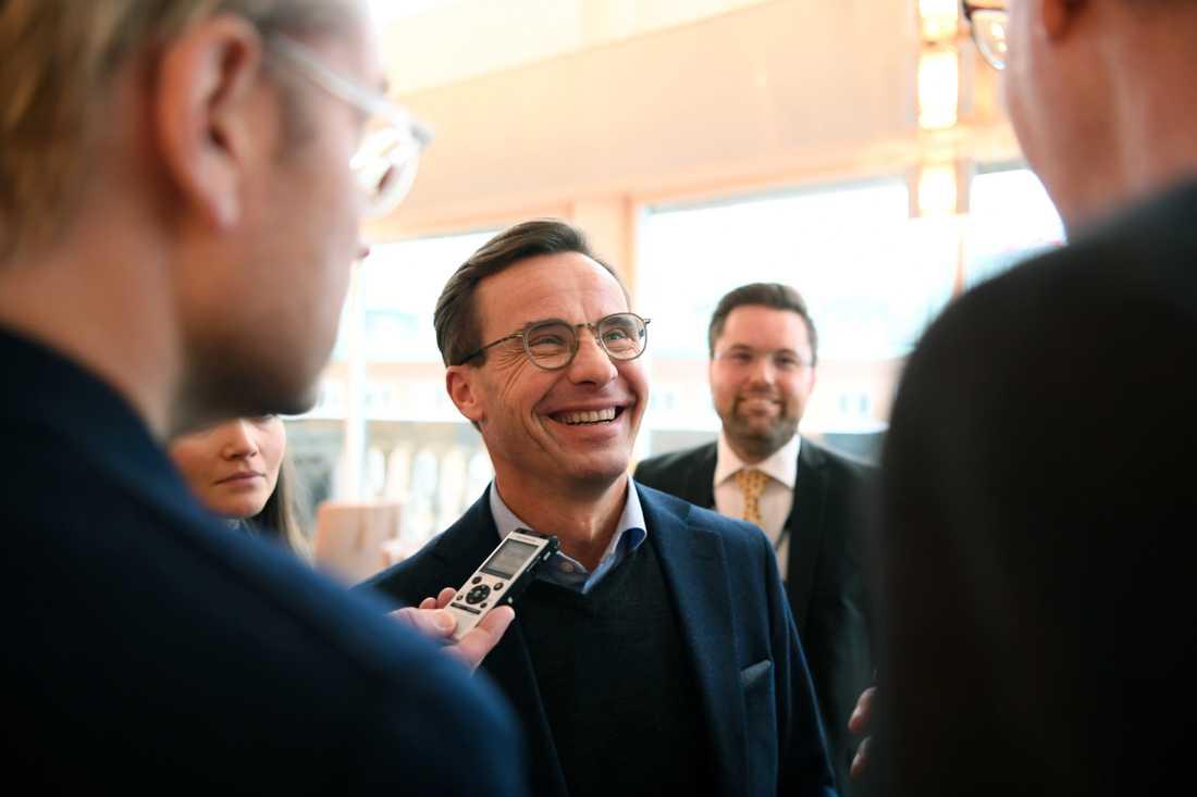 En leende Ulf Kristersson möter pressen efter sitt möte med Jimmie Åkesson.