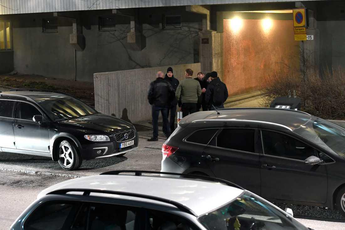 Polisen undersöker platsen där den gripne är skriven