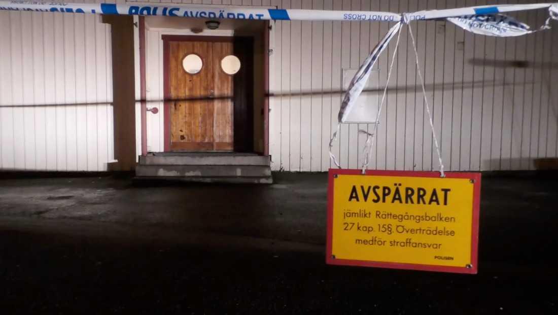 Under söndagsnatten utbröt ett slagsmål på en fest i en bygdegård på Tjörn. En man har nu dött av sina skador.