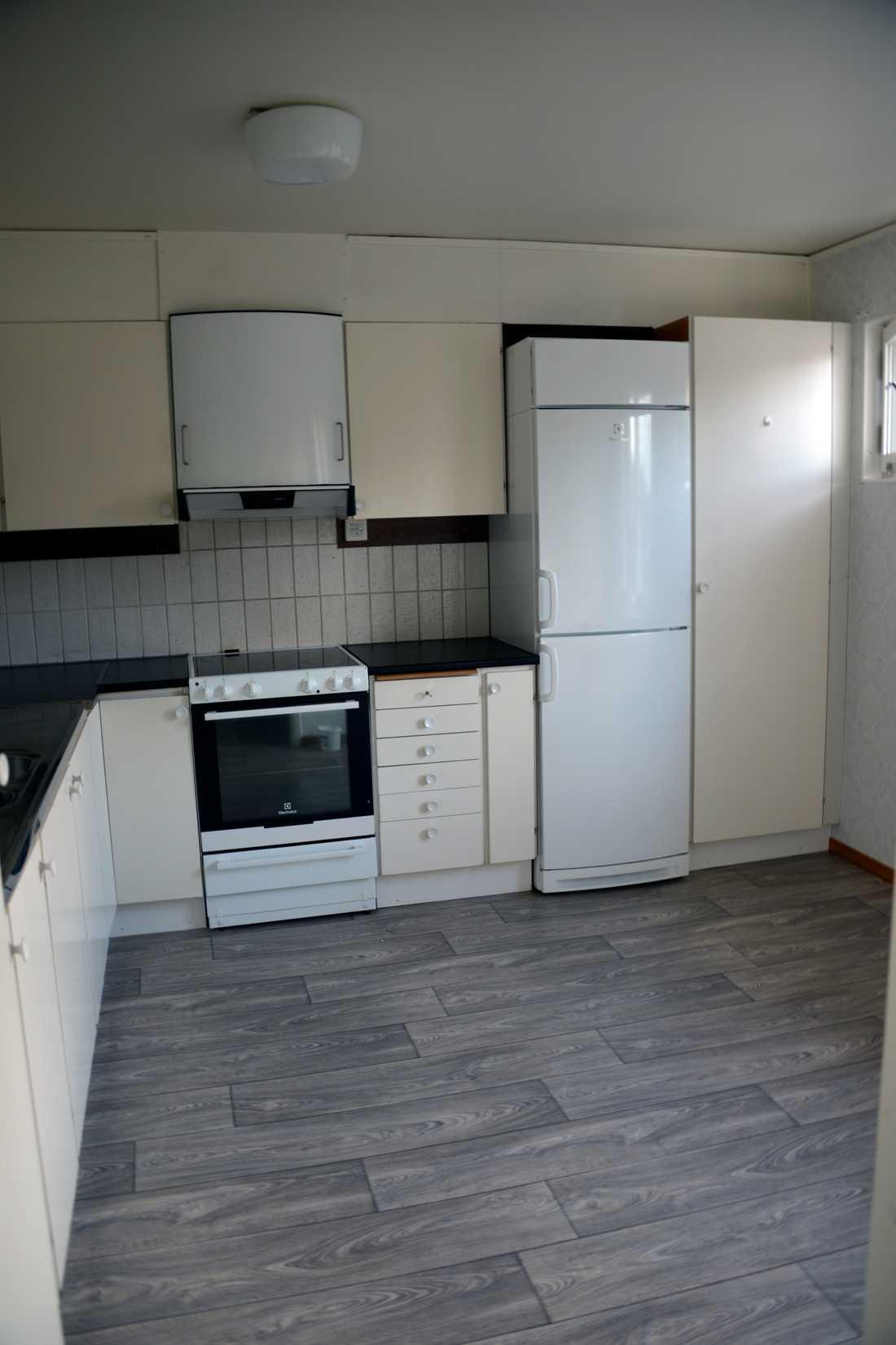 Familjen har fått låna en kastrull för att kunna laga enkel mat i det tomma köket.