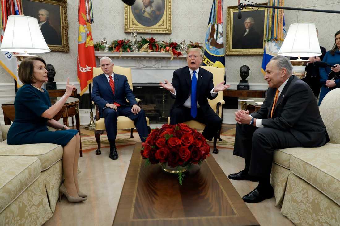 President Donald Trump och vicepresident Mike Pence tillsammans med representanthusets demokratiska talman Nancy Pelosi och hennes partikamrat, senatens minoritetsledare Chuck Schumer, vid ett möte i Ovala rummet i december.