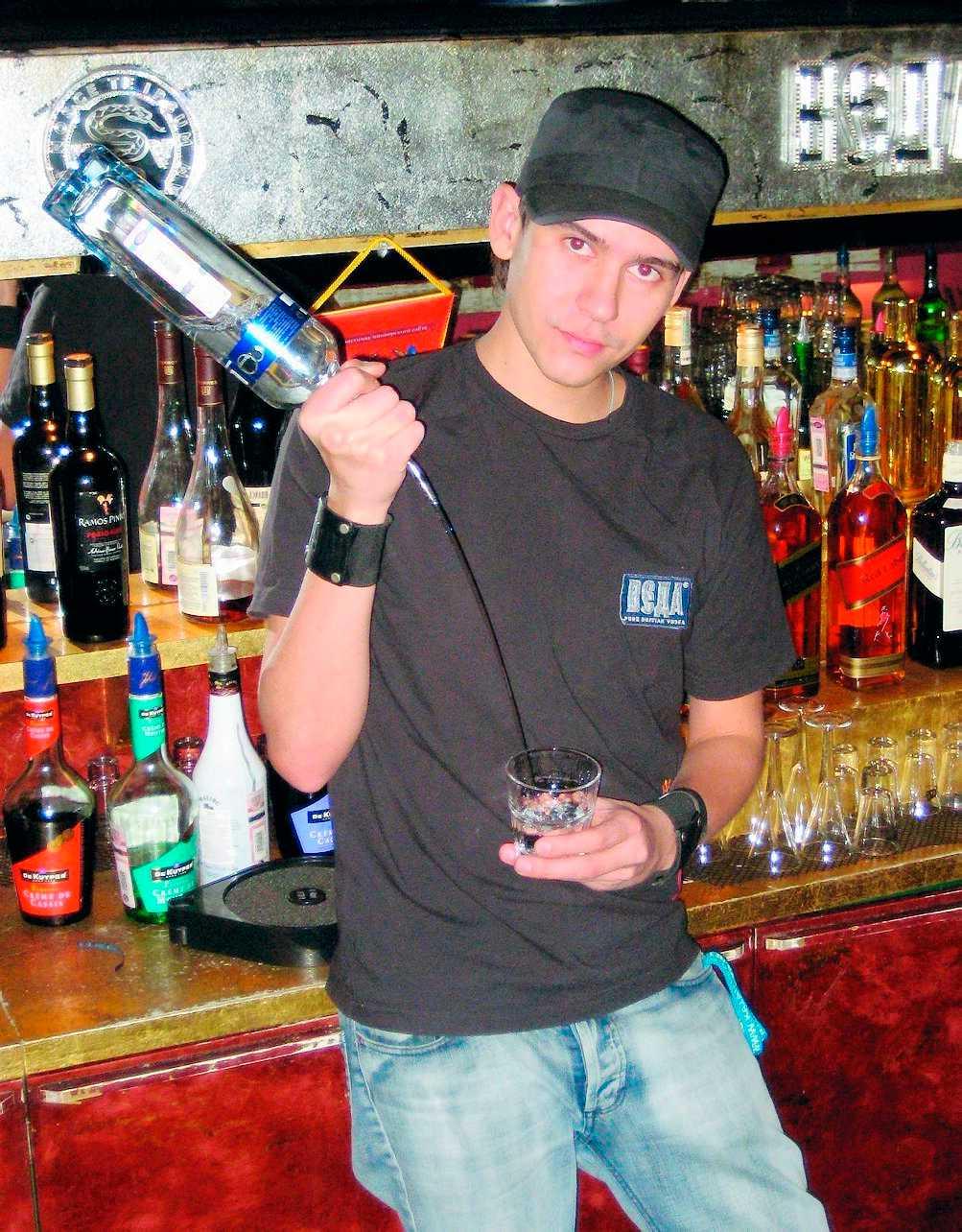 Bartendern Dimitrij är inte så förtjust i drycken, utan föredrar whisky.