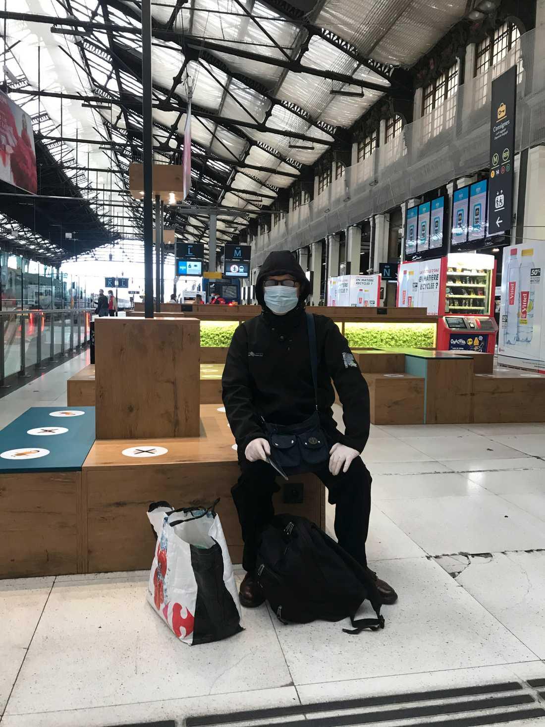 Alexis Zunino är på väg till jobbet och bär maximalt med skydd: munskydd, huva, glasögon och handskar, men säger att han ändå inte känner sig så orolig för att ge sig ut i samhället igen.