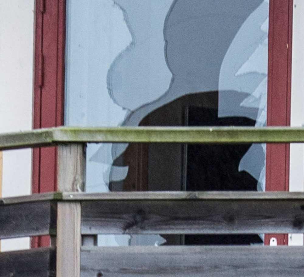 Enligt uppgifter till Aftonbladet tog sig 39-åringen in i grannhuset genom att använda en yxa. Två personer, en man och en kvinna, skadades mycket allvarligt i mannens attack.