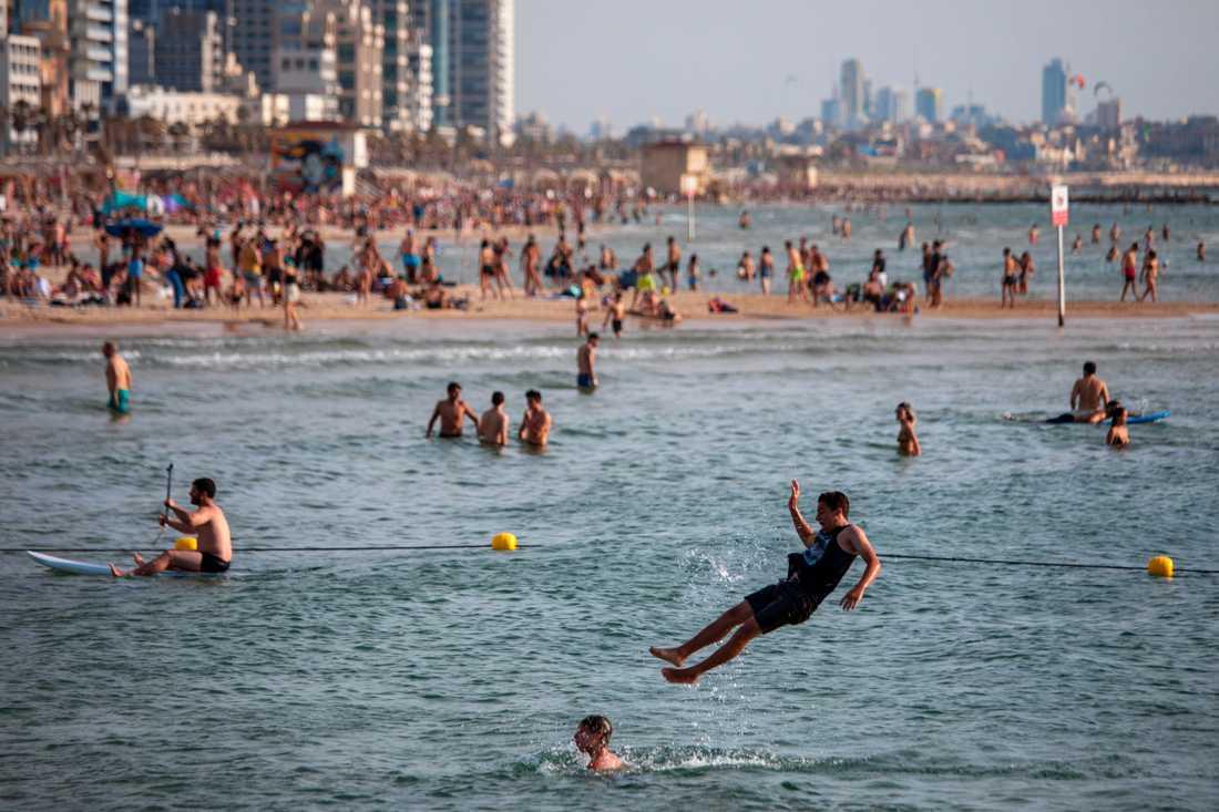 I Tel Aviv är det inte tillåtet att vistas på stränderna, en regel som inte ser ut att efterföljas. Bilden är från i lördags.