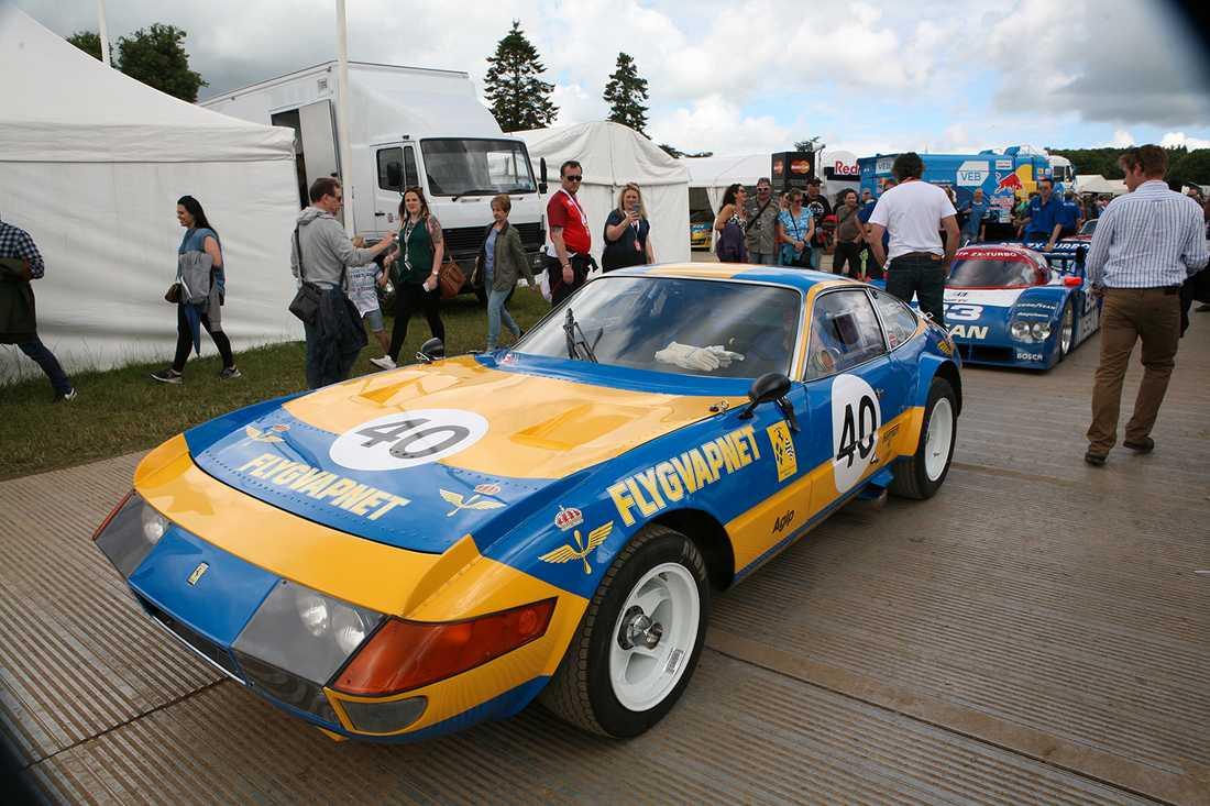 """Svenska flygvapnet var representerat och visade färgerna. Detta på en Ferrari 356 GTB/4 – ett härligt """"vapen"""" som faktiskt vunnit GT-klassen på Le Mans tre gånger samt har en Daytona-seger."""