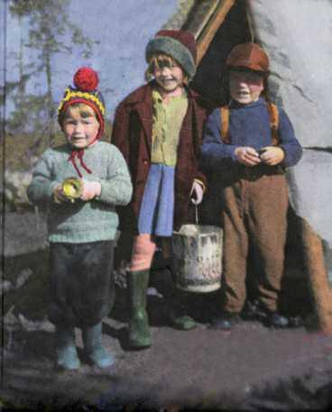 Syskonen Benny, Lilian och Yngve Ryd vid sin lekkåta vid Kvartskojan sydväst om Jokkmokk vårvintern 1955. Från bokens omslag.