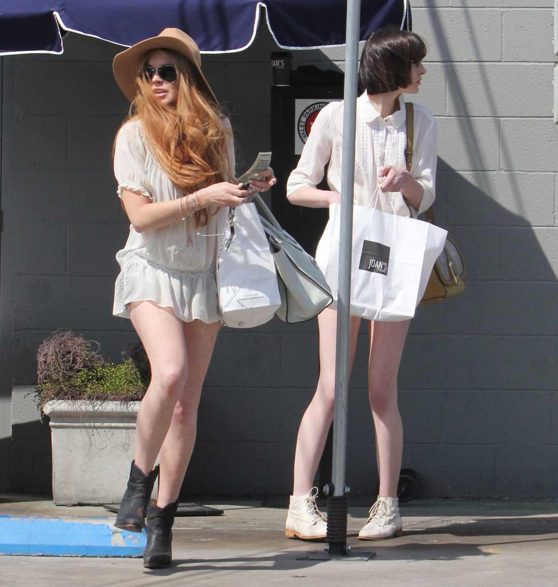 Syrrorna Lohan gör stan osäker, i höga skor och med shoppingpåsar. Foto: All Over Press
