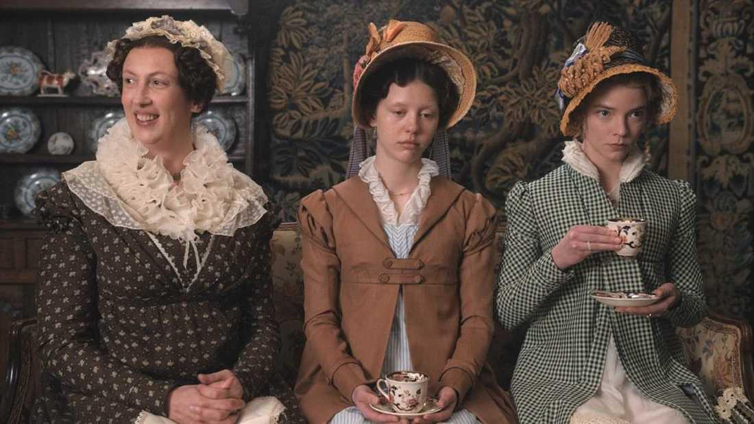 "Miranda Hart, Mia Goth och Anya Taylor-Joy i ""Emma""."