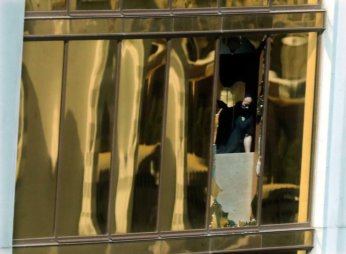 En FBI-man syns undersöka Stephens Paddocks hotellrum.