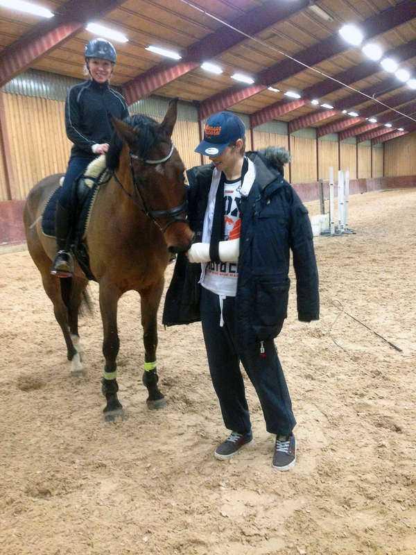 """Pontus Hugosson blev så hårt sparkad av den här hästen att han opererades dagen före julafton. """"Jag är gipsad ända upp till axeln"""", säger han."""