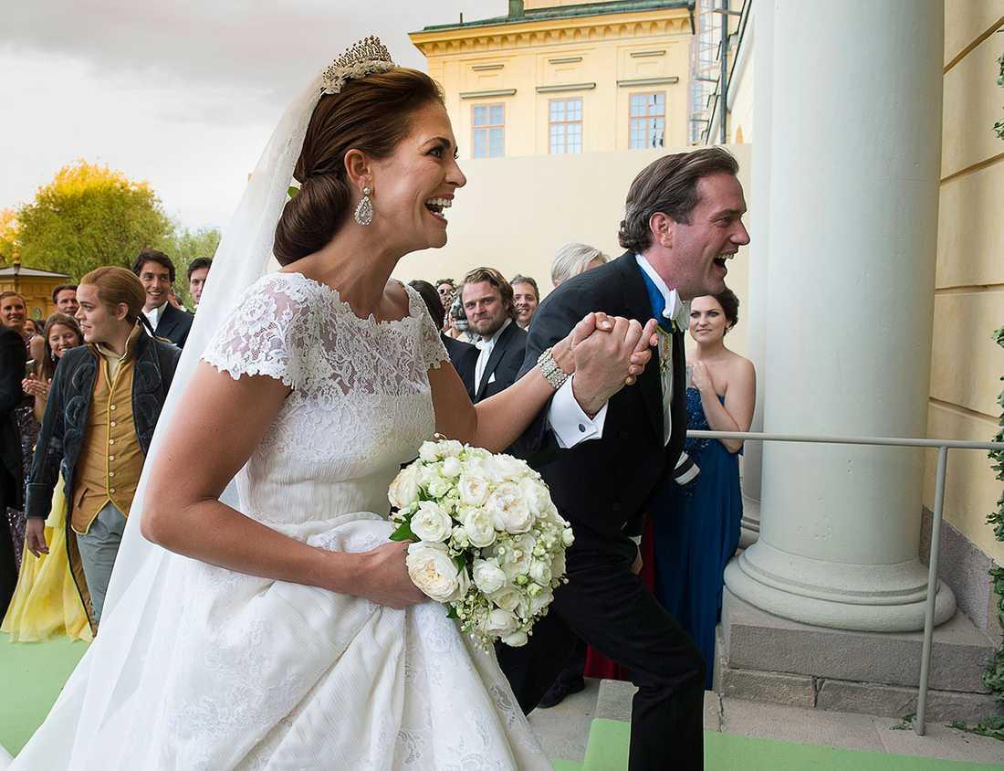 Det överlyckliga brudparet anländer till Drottningholm på dagen för deras bröllop den 8 juni 2013