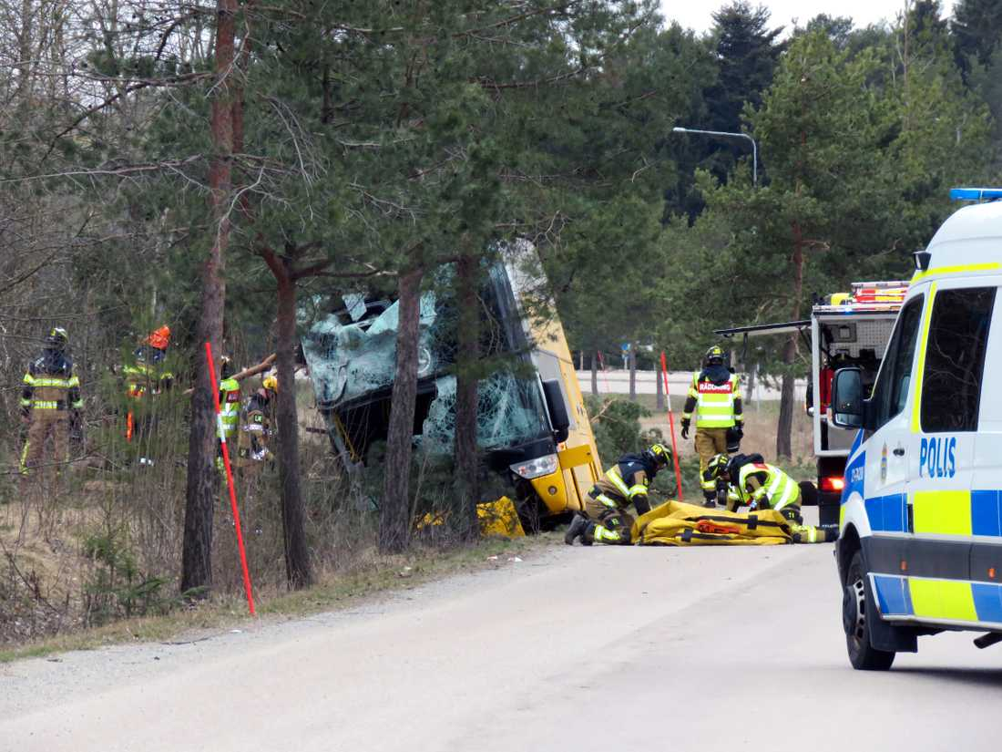 En dubbeldäckarbuss har vält på Stockholmsvägen i Enköping