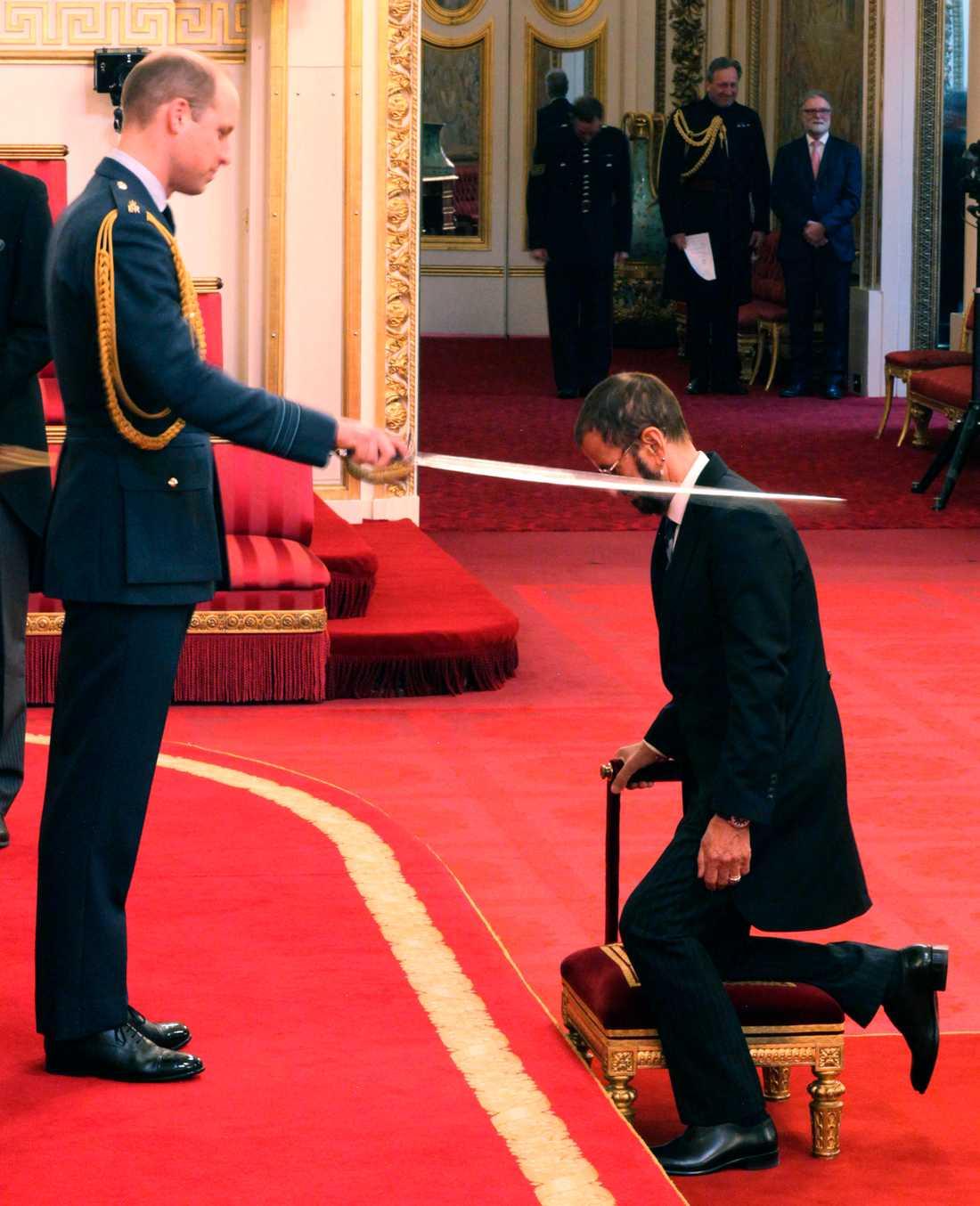 Här blir Ringo Starr adlad av prins William.