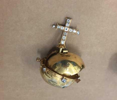 Karl IX begravningsäpple har delats i två delar.