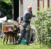 Polisen genomsöker trädgården i jakt på fler spår kring morden.