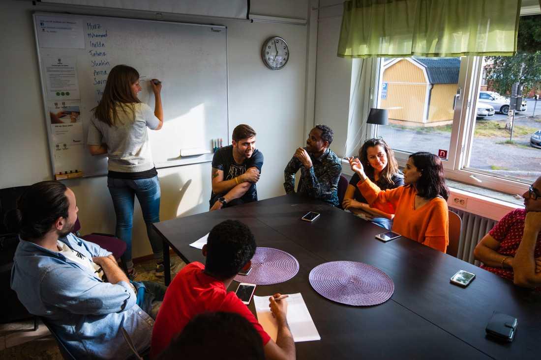 """""""Visst lägger vi ner mycket fritid på skolan, men vi får jättemycket tillbaka också. Vi lär oss mycket av dem, om nya kulturer och får diskutera världsproblem och lära känna deras länder"""", säger Lina Hällström."""