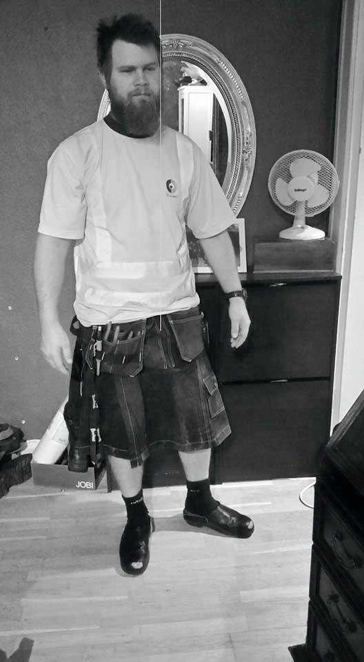 Marcus hade kjol på jobbet för att backa sonen.